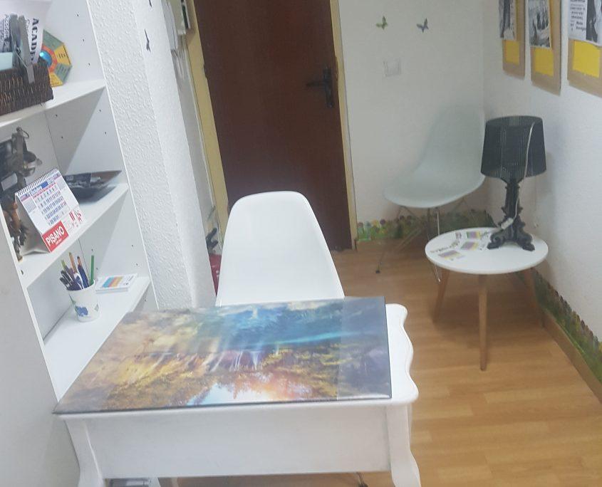Entrada,con sala de espera, con sillas y mesa para inscripciones