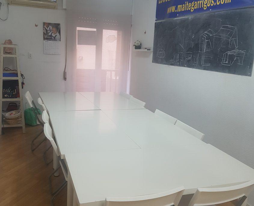 clase con capacidad 13 puestos con mesas y 20 a 25 sillas sin mesas ,con pizarras, y pantalla para proyectar , balcon exterior